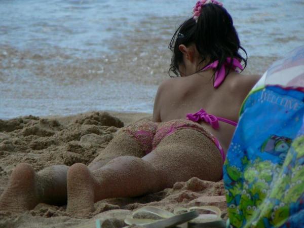 うつ伏せで日光浴中の水着素人 11