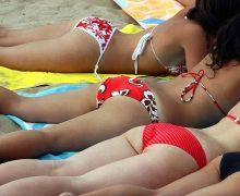 【ビーチ撮り】うつ伏せで日光浴中の素人水着画像