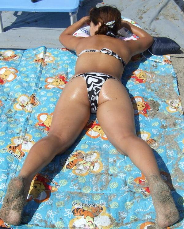うつ伏せで日光浴中の水着素人 13