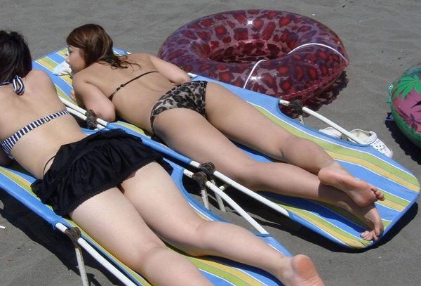 うつ伏せで日光浴中の水着素人 15