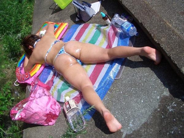 うつ伏せで日光浴中の水着素人 16