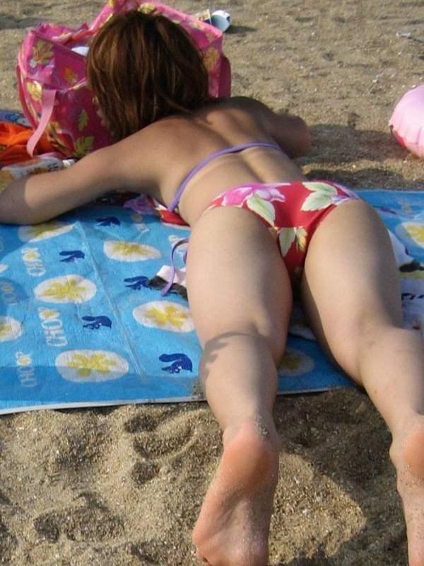 うつ伏せで日光浴中の水着素人 19