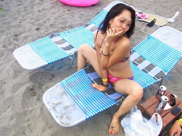 ビーチでM字開脚で座ってる水着素人 8
