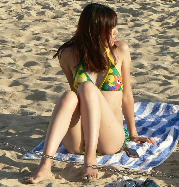 ビーチでM字開脚で座ってる水着素人 11