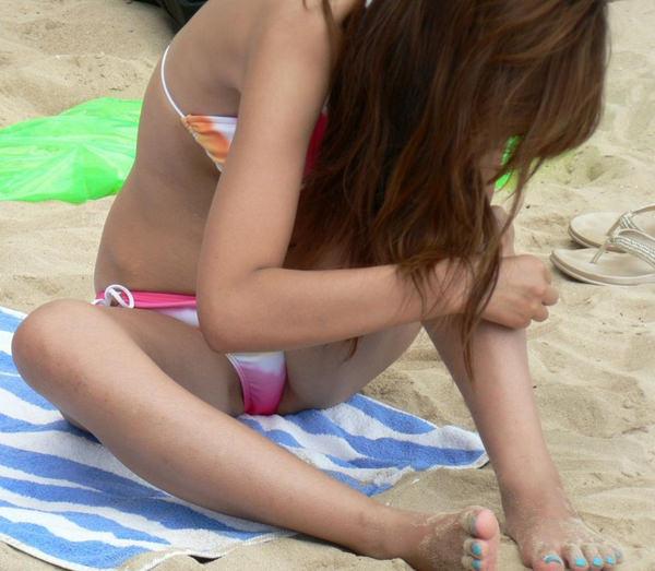 ビーチでM字開脚で座ってる水着素人 13