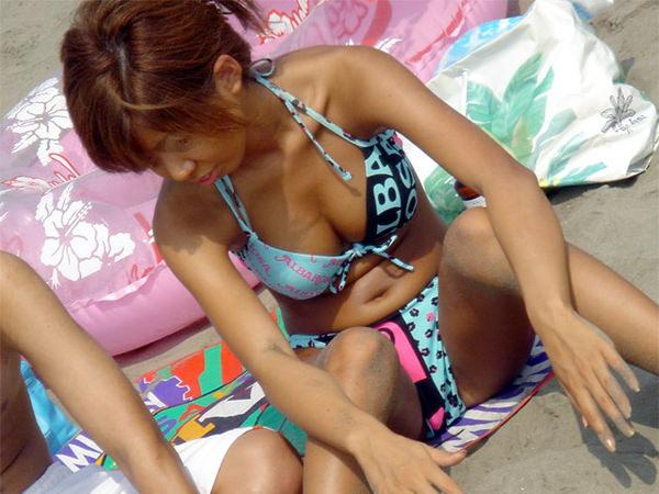 ビーチでM字開脚で座ってる水着素人 15