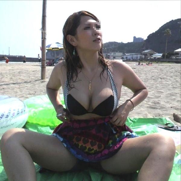 ビーチでM字開脚で座ってる水着素人 18