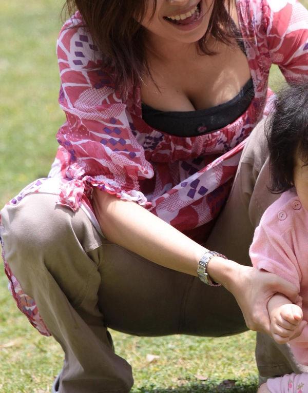 子連れママの前屈みの胸チラ 1