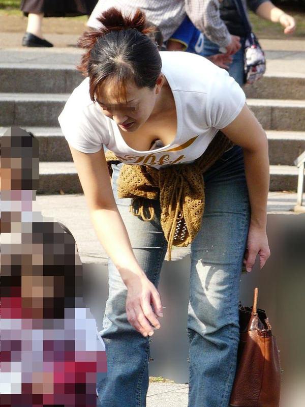 子連れママの前屈みの胸チラ 6