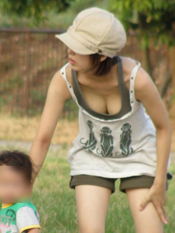 子連れママの前屈みの胸チラ 14