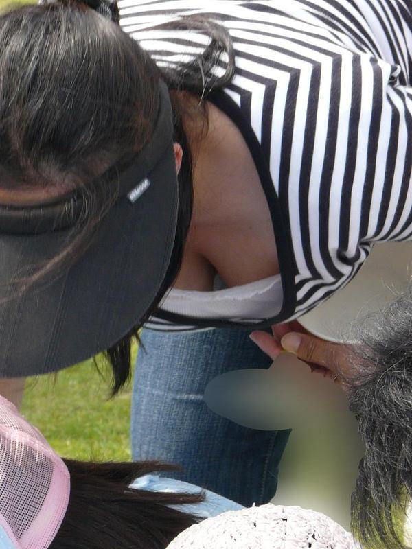子連れママの前屈みの胸チラ 15