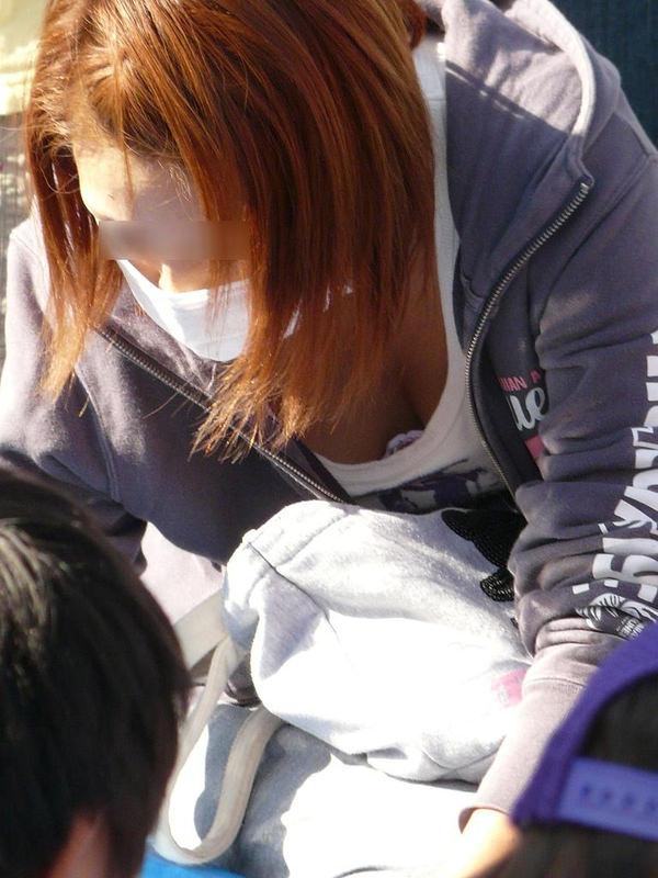 子連れママの前屈みの胸チラ 17