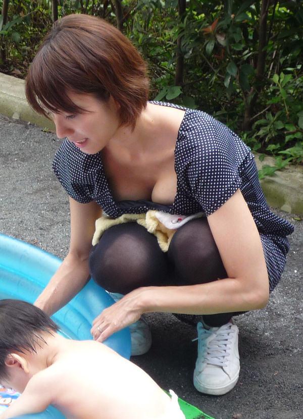 子連れママの前屈みの胸チラ 18