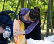 子供に気を取られ胸チラ無警戒の子連れママさんの前屈みの谷間がエロい。