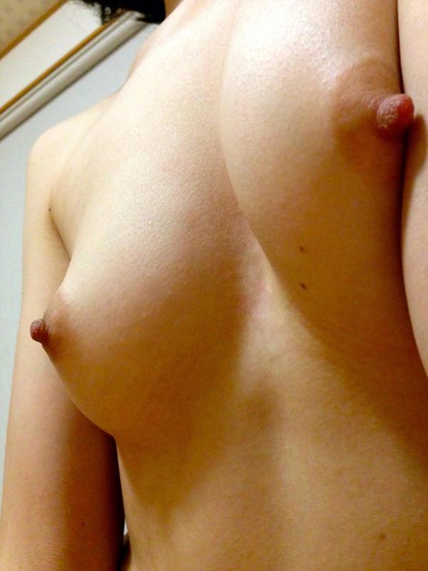 素人の勃起乳首自撮り 20