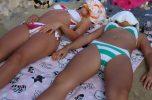 マンスジエロすぎ!!ビーチで日光浴中の素人水着ギャルの股間にマンスジがクッキリ!!