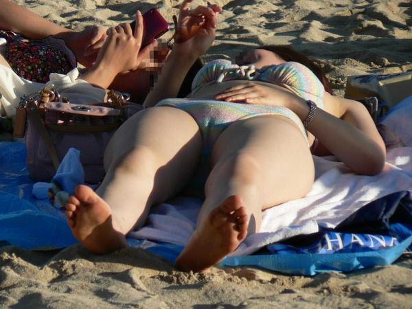 ビーチでマンスジ見せて水着で日光浴してる素人 5