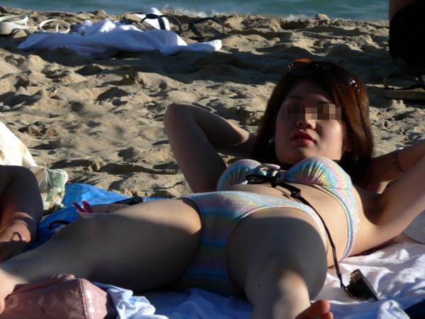 ビーチでマンスジ見せて水着で日光浴してる素人 14