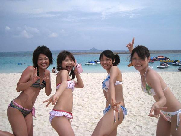 ビーチ撮りの水着素人の集合写真 4