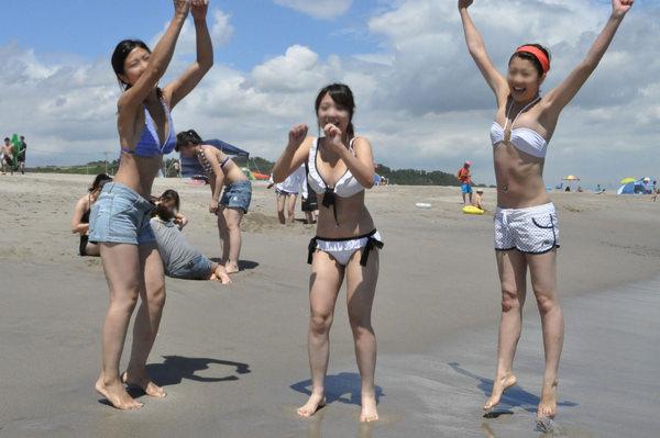 ビーチ撮りの水着素人の集合写真 14