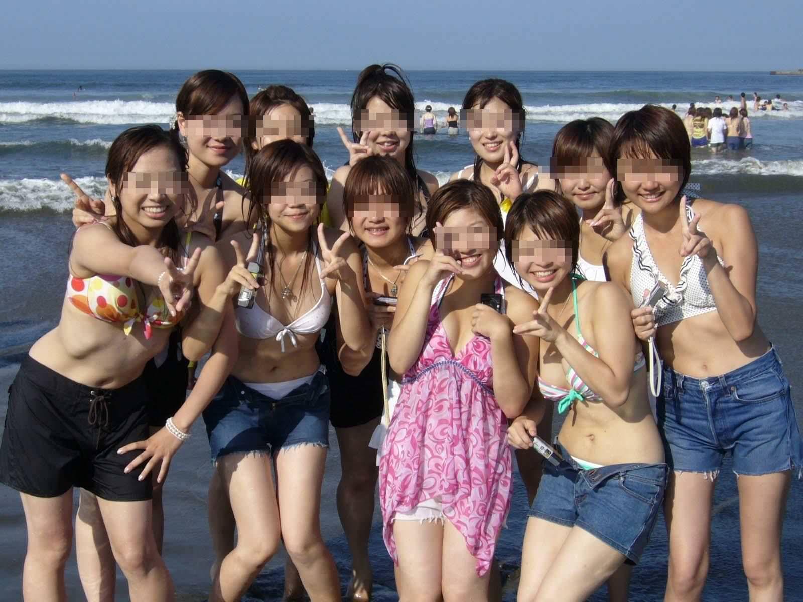 ビーチ撮りの水着素人の集合写真