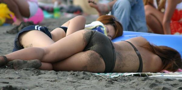 水着や体が砂まみれの素人 17
