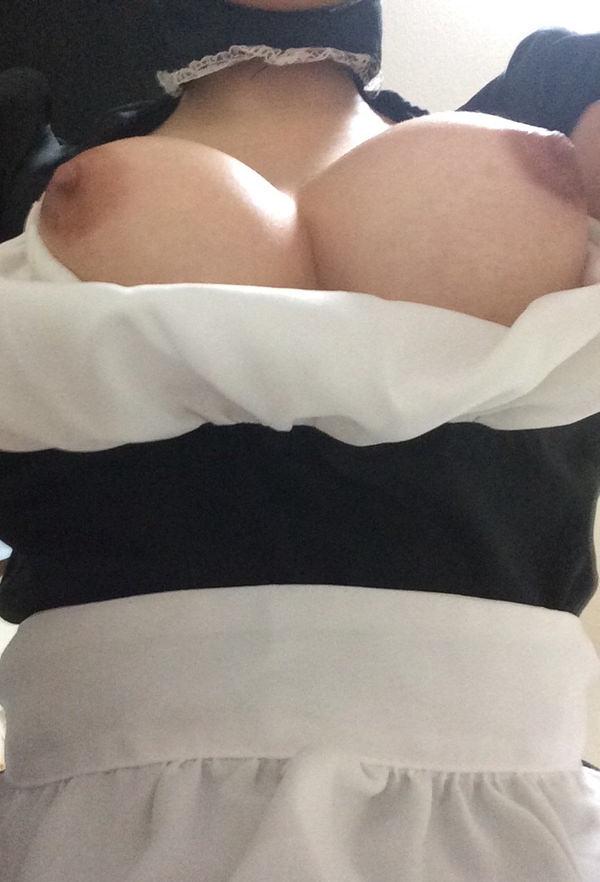素人のローアングルの下乳自撮り 4