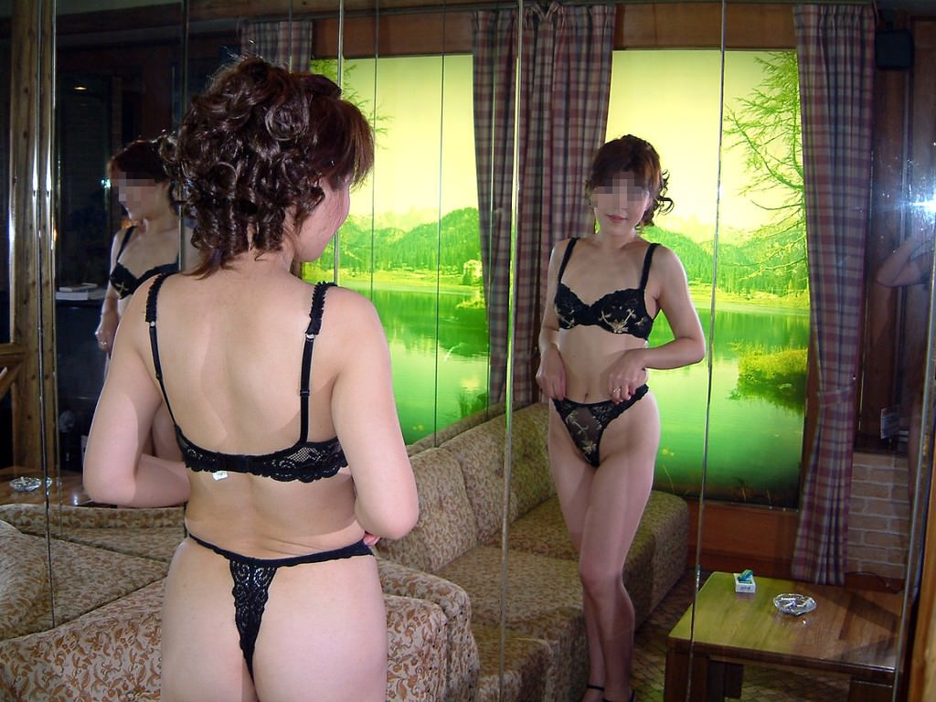 【熟女 黒下着】やる気満々でラブホにやって来た素人ババアの黒下着画像21枚。
