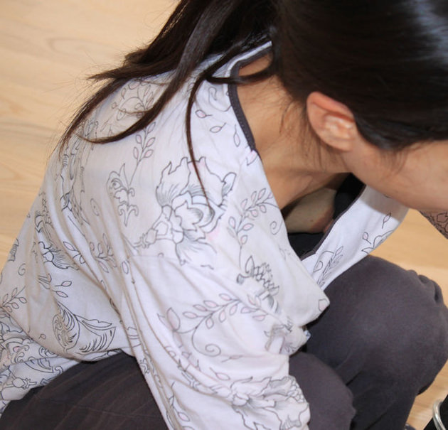 素人熟女の乳首チラ 14