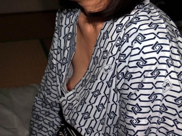 素人熟女の乳首チラ 21