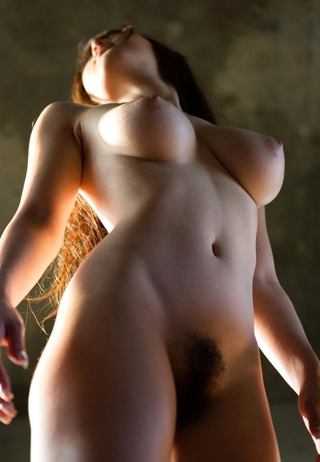 ローアングルの美乳とマンコ 14