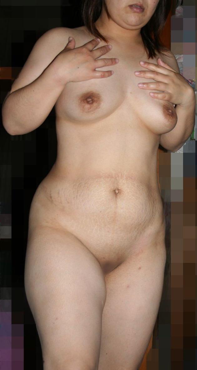 妊娠線がヤバい素人熟女のお腹 4