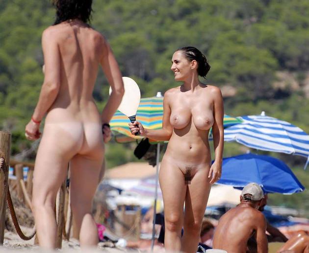 ヌーディストビーチにいた巨乳の外国人 1