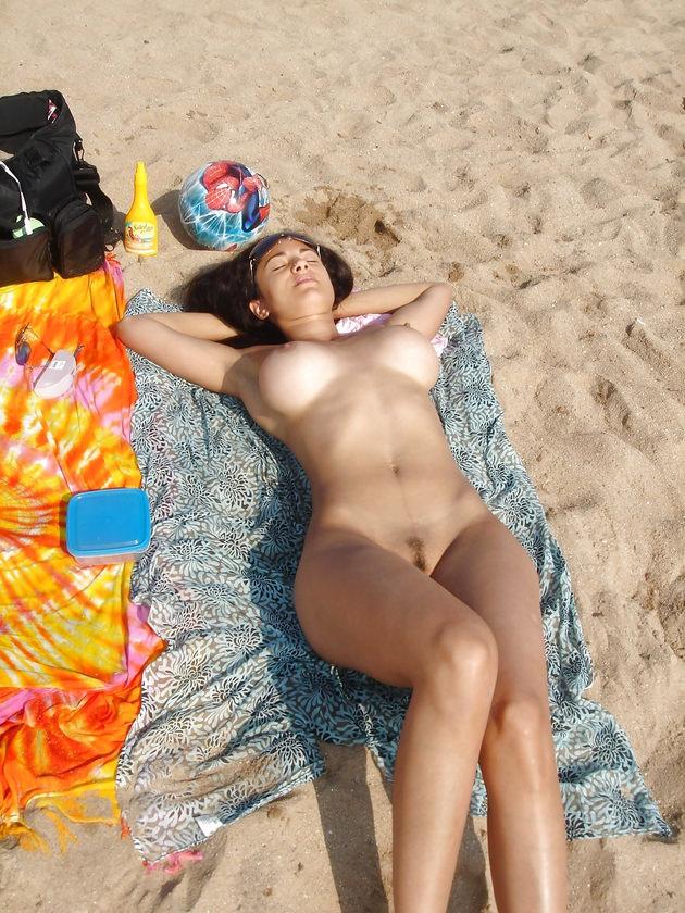ヌーディストビーチにいた巨乳の外国人 2