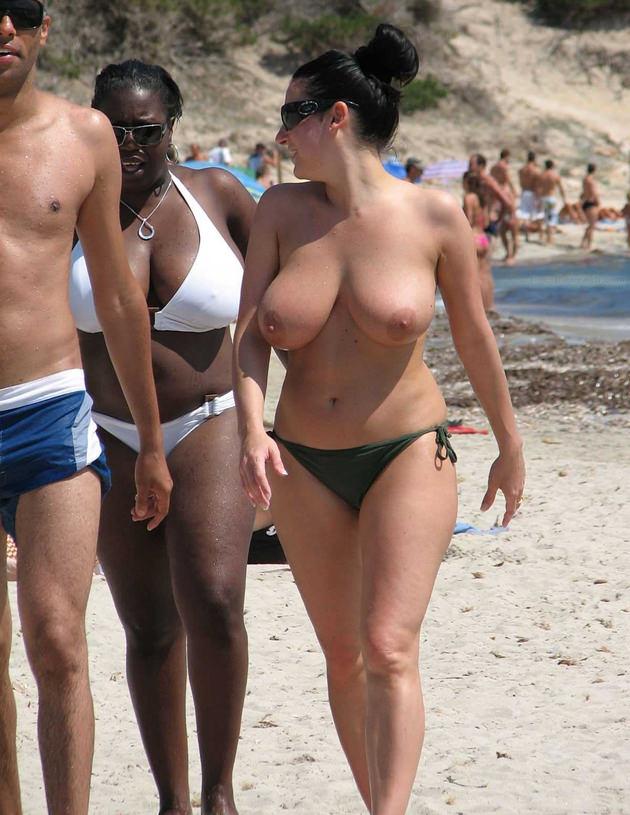 ヌーディストビーチにいた巨乳の外国人 4
