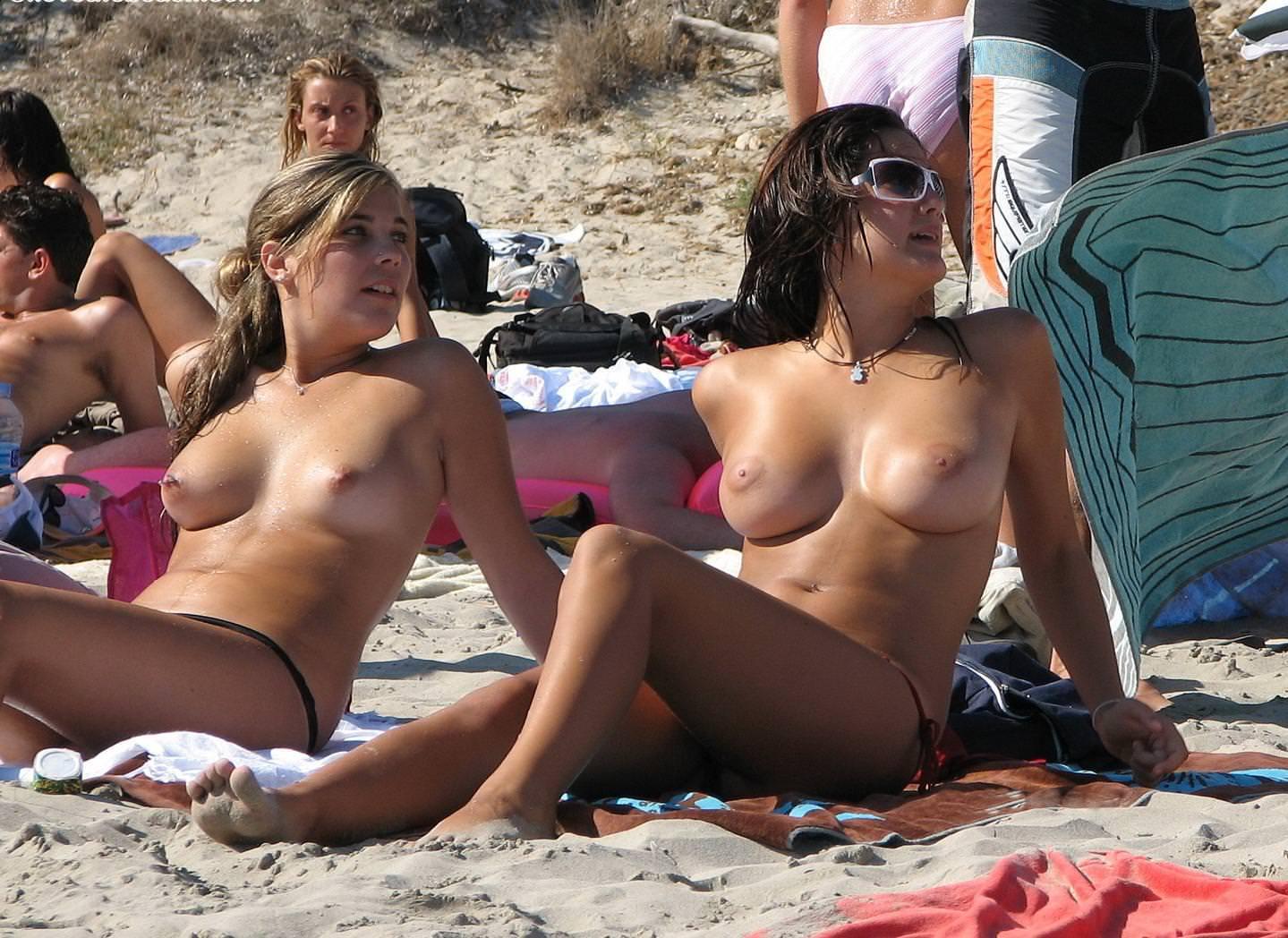 ヌーディストビーチにいた巨乳の外国人