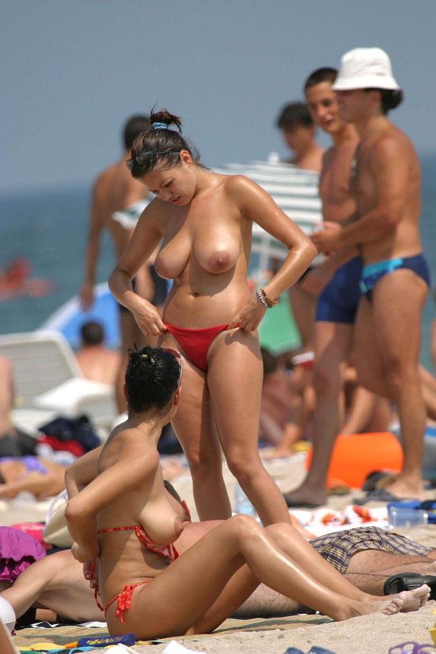 ヌーディストビーチにいた巨乳の外国人 10