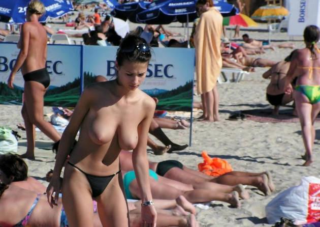 ヌーディストビーチにいた巨乳の外国人 22