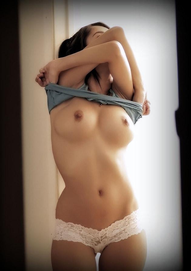 脱衣中の下乳 15
