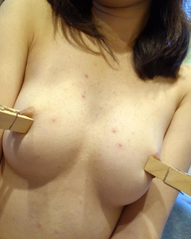 乳首を洗濯ばさみで挟んで自撮り 8