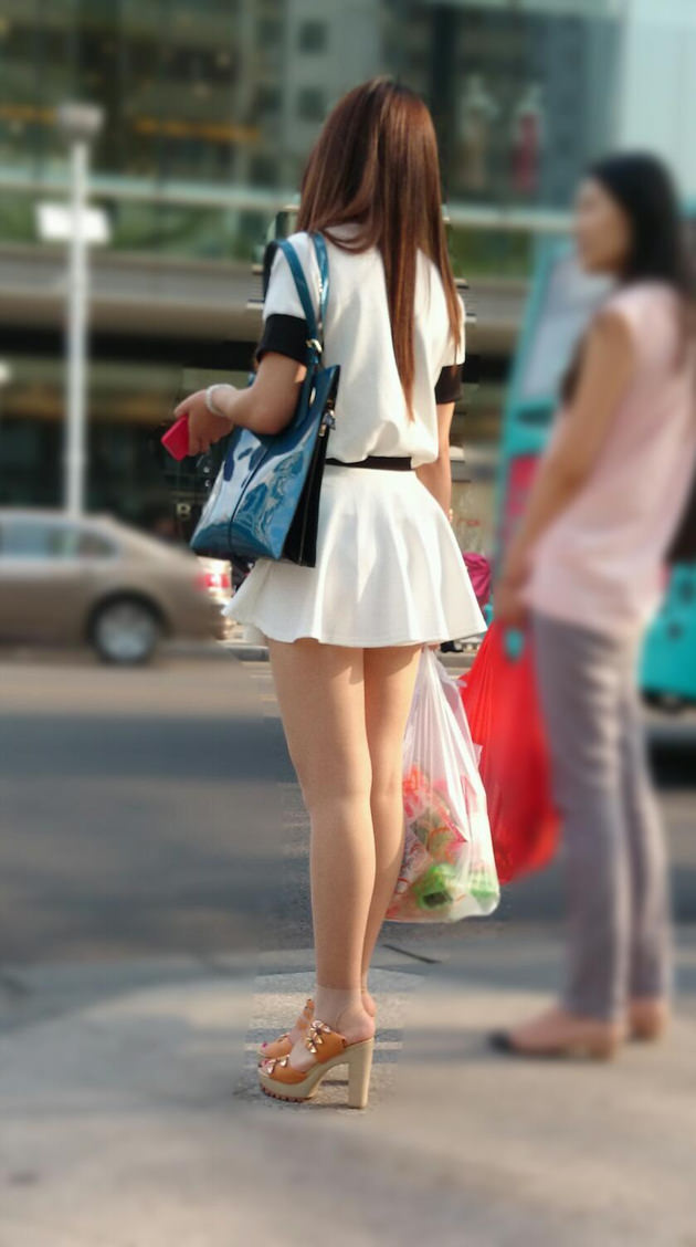 街撮りの素人美脚 16
