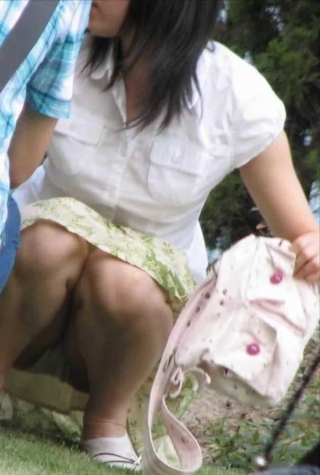 素人のロングスカートのしゃがみパンチラ 12