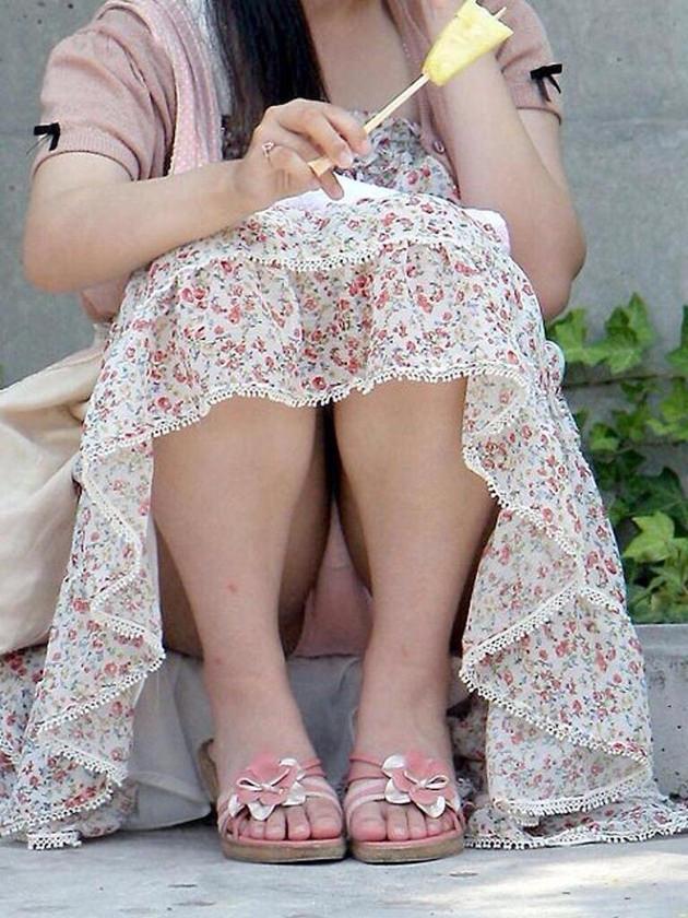 素人のロングスカートのしゃがみパンチラ 16