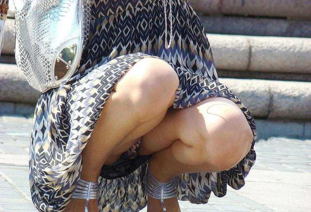 素人のロングスカートのしゃがみパンチラ 20