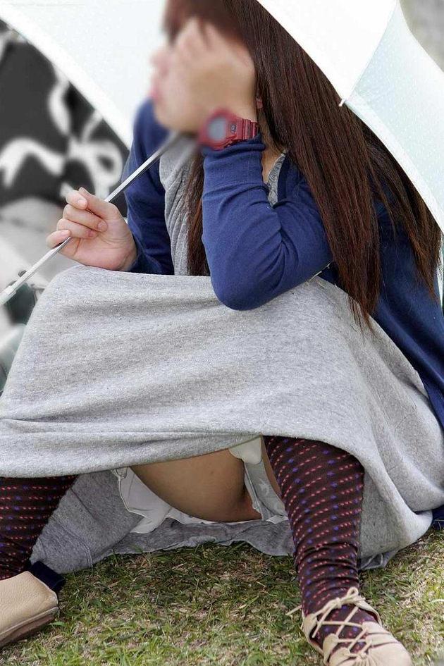 素人のロングスカートのしゃがみパンチラ 31