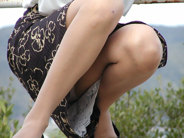 素人のロングスカートのしゃがみパンチラ 35