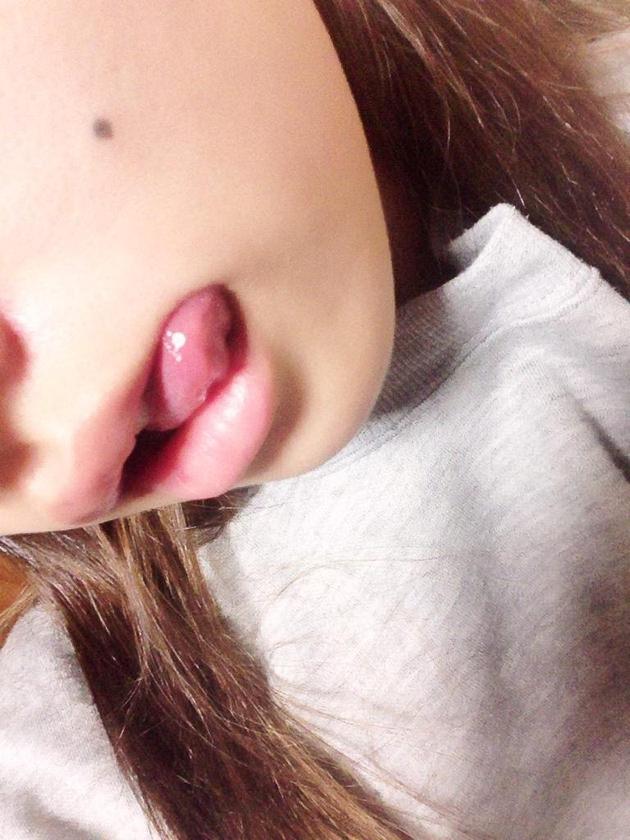 素人の舌出しエロ自撮り 16
