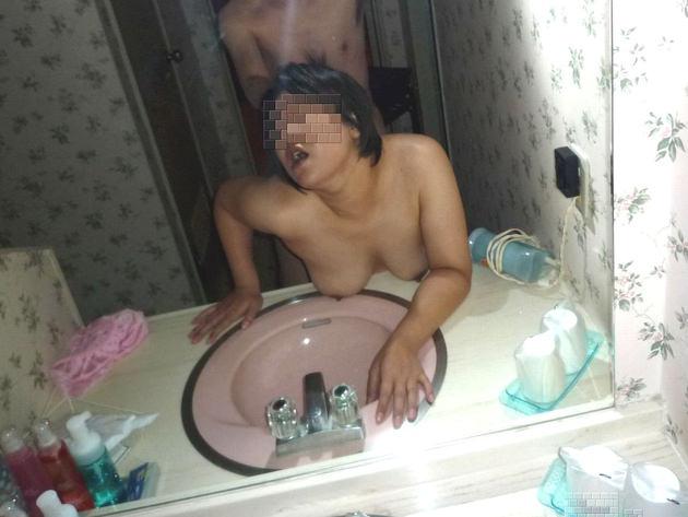 熟女が鏡の前でセックス 9