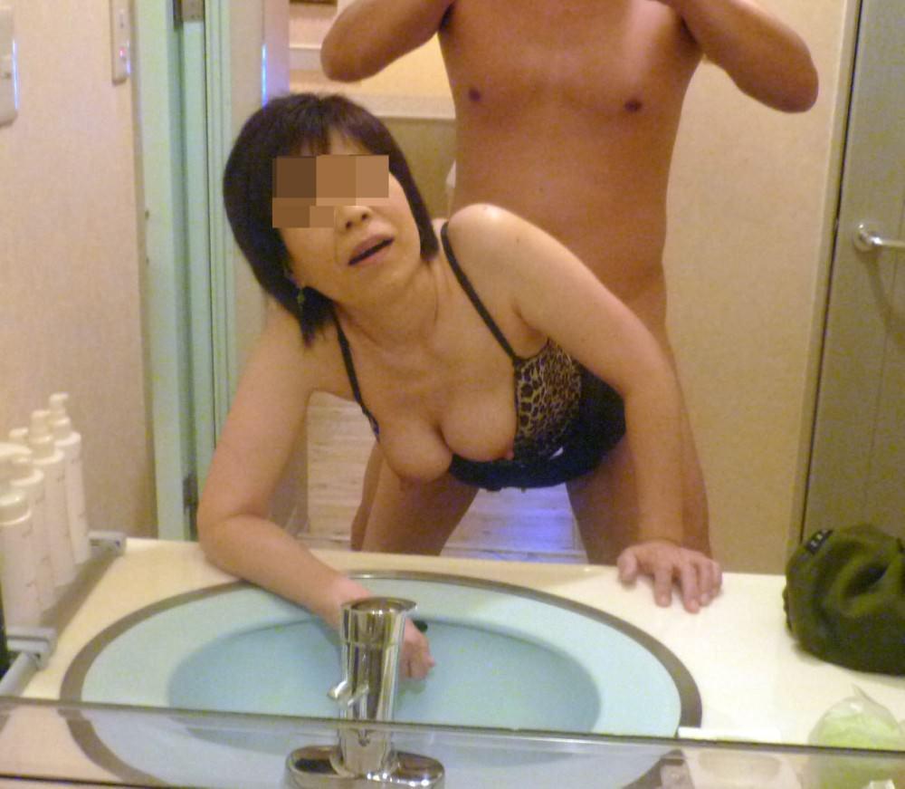 熟女が鏡の前でセックス