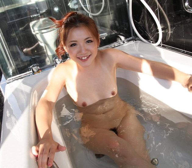 お風呂に入浴中のかわいい女の子 1